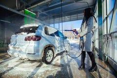 Χειρωνακτικό πλύσιμο αυτοκινήτων με το διατηρημένο σταθερή ατμοσφαιρική πίεση νερό στο πλύσιμο αυτοκινήτων έξω Στοκ Εικόνες