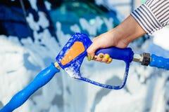Χειρωνακτικό πλύσιμο αυτοκινήτων με το διατηρημένο σταθερή ατμοσφαιρική πίεση νερό στο πλύσιμο αυτοκινήτων έξω Στοκ Εικόνα