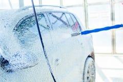 Χειρωνακτικό πλύσιμο αυτοκινήτων με το διατηρημένο σταθερή ατμοσφαιρική πίεση νερό στο πλύσιμο αυτοκινήτων έξω Στοκ Φωτογραφίες
