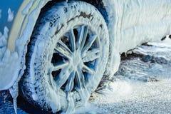 Χειρωνακτικό πλύσιμο αυτοκινήτων με το διατηρημένο σταθερή ατμοσφαιρική πίεση νερό στο πλύσιμο αυτοκινήτων έξω Στοκ φωτογραφίες με δικαίωμα ελεύθερης χρήσης