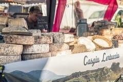 Χειρωνακτικό τυρί για την πώληση στη χειροτεχνική αγορά σε Ile rousse στοκ φωτογραφία