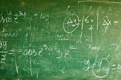 Χειρόγραφες εξισώσεις σε έναν πράσινο πίνακα Στοκ εικόνα με δικαίωμα ελεύθερης χρήσης