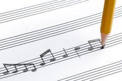 Χειρόγραφη κινηματογράφηση σε πρώτο πλάνο σημειώσεων μολυβιών μουσικής φύλλων Στοκ Φωτογραφίες