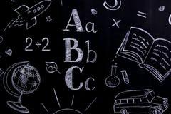 Χειρόγραφη σχολική έννοια - σφαίρα, πύραυλος, α, β, γ, τύποι κ.λπ. στον πίνακα που γράφεται με την κιμωλία στοκ φωτογραφία με δικαίωμα ελεύθερης χρήσης