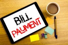 Χειρόγραφος τίτλος κειμένων που παρουσιάζει πληρωμή του Μπιλ Η επιχειρησιακή έννοια που γράφει για την τιμολόγηση πληρώνει τις δα στοκ εικόνες