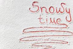 Χειρόγραφος χιονώδης χρόνος ` κειμένων ` στο χιόνι Στοκ φωτογραφία με δικαίωμα ελεύθερης χρήσης