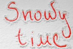 Χειρόγραφος χιονώδης χρόνος ` κειμένων ` στο χιόνι Στοκ φωτογραφίες με δικαίωμα ελεύθερης χρήσης