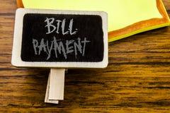 Χειρόγραφο κείμενο που παρουσιάζει πληρωμή του Μπιλ Η επιχειρησιακή έννοια για την τιμολόγηση πληρώνει τις δαπάνες που γράφονται  στοκ φωτογραφία με δικαίωμα ελεύθερης χρήσης