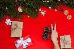 Χεριών γυναικών Χριστουγέννων επιτραπέζιων χριστουγεννιάτικων δέντρων εορταστικό υπόβαθρο έτους δώρων νέο στοκ φωτογραφία με δικαίωμα ελεύθερης χρήσης