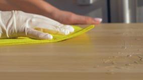 Χεριών νοικοκυρών λαστιχένιος βρώμικος πίνακας κουρελιών γαντιών σκουπίζοντας με τους καθαριστές απόθεμα βίντεο