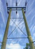 Χερσαίο καλώδιο ηλεκτρικής ενέργειας με Πολωνούς Στοκ Εικόνες