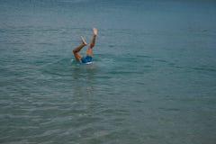 09 20 2008, Χερσόνησος, Κρήτη, Ελλάδα Νέα ανθρώπινα πόδια πέρα από το νερό Ένας τύπος που βουτά στο νερό στοκ εικόνες