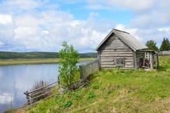 Χερσόνησος κόλα, παλαιό χωριό Pomeranian Varzuga Ξύλινο υπόστεγο στις όχθεις του ποταμού Varzuga Στοκ Φωτογραφίες