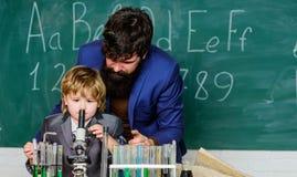 Χημεία μελέτης από κοινού Αγόρια μόνο Προσωπικό παράδειγμα Χημικό πείραμα Μετά από τον πατέρα σε όλα Γνώση στοκ εικόνα