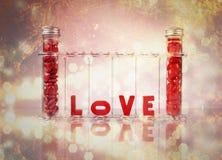 Χημεία της ζωηρόχρωμης έννοιας αγάπης Στοκ Εικόνες