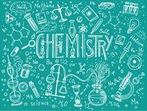 Χημεία του συνόλου εικονιδίων Πίνακας κιμωλίας με τα στοιχεία, τους τύπους, τον εξοπλισμό ατόμων, δοκιμή-σωλήνων και εργαστηρίων  Στοκ Εικόνες