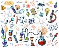Χημεία του συνόλου εικονιδίων Πίνακας κιμωλίας με τα στοιχεία, τους τύπους, τον εξοπλισμό ατόμων, δοκιμή-σωλήνων και εργαστηρίων  Στοκ εικόνες με δικαίωμα ελεύθερης χρήσης