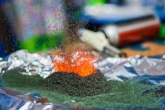 Χημική αντίδραση του διχρωμικού άλατος αμμωνίου εάν αναφλέγει Στοκ Φωτογραφία