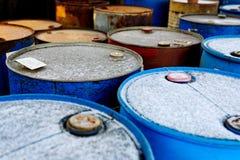 Χημική απόρριψη αποβλήτων με πολλά βαρέλια Στοκ εικόνα με δικαίωμα ελεύθερης χρήσης