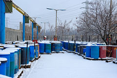 Χημική απόρριψη αποβλήτων με πολλά βαρέλια Στοκ Φωτογραφίες
