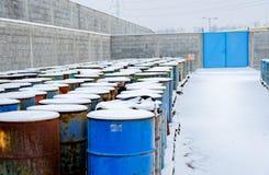 Χημική απόρριψη αποβλήτων με πολλά βαρέλια Στοκ Εικόνες