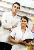 Χημικός δύο φαρμακείων στο φαρμακείο στοκ φωτογραφία με δικαίωμα ελεύθερης χρήσης