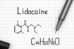 Χημικός τύπος της λιδοκαΐνης με τη μαύρη μάνδρα στοκ εικόνες