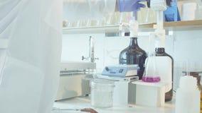 χημικό εργαστήριο Φιάλη με να βράσει τη λύση απόθεμα βίντεο