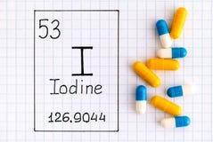 Χημικό ιώδιο Ι στοιχείων γραφής με μερικά χάπια στοκ φωτογραφίες με δικαίωμα ελεύθερης χρήσης