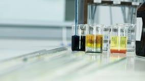 Χημικό πείραμα με το σιφώνιο και τους δοκιμή-σωλήνες απόθεμα βίντεο