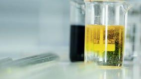 Χημικό πείραμα με το σιφώνιο και τους δοκιμή-σωλήνες φιλμ μικρού μήκους