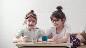 Χημικό πείραμα Τα παιδιά συμμετέχουν στη στοιχειώδη χημεία στο σπίτι η παλαιότερη αδελφή εξηγεί τα βασικά απόθεμα βίντεο