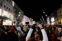 Χιλιάδες άνθρωποι συλλέγουν στην οδό του ST Πάτρικ για να βεβαιώσουν να ανοίξουν των φω'των Χριστουγέννων στοκ εικόνες