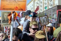 Χιλιάδες Μάρτιος για να θυμηθεί τον παγκόσμιο πόλεμο 2 συγγενείς Αγόρι στη στρατιωτική στολή με τις εορταστικές σφαίρες Στοκ φωτογραφία με δικαίωμα ελεύθερης χρήσης