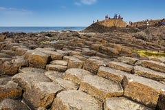 Χιλιάδες τουρίστες που επισκέπτονται το γιγαντιαίο υπερυψωμένο μονοπάτι ` s στη κομητεία Antrim της Βόρειας Ιρλανδίας Στοκ εικόνα με δικαίωμα ελεύθερης χρήσης