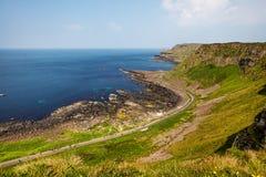 Χιλιάδες τουρίστες που επισκέπτονται το γιγαντιαίο υπερυψωμένο μονοπάτι ` s στη κομητεία Antrim της Βόρειας Ιρλανδίας Στοκ Εικόνες