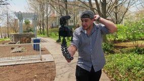Χιλιετές Vlogger μιλά στη κάμερα περπατώντας στη γειτονιά φιλμ μικρού μήκους