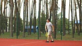 Χιλιετής εξυπηρετώντας σφαίρα τενιστών στο hardcourt απόθεμα βίντεο