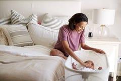 Χιλιετής συνεδρίαση μητέρων αφροαμερικάνων στο κρεβάτι της που ανακουφίζει τη φωνάζοντας να βρεθεί μωρών της πλευρά αυτή στην κού στοκ φωτογραφίες