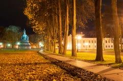 Χιλιετία μνημείων της Ρωσίας σε Veliky Novgorod στη νύχτα φθινοπώρου και αλέα του πάρκου του Κρεμλίνου στη νύχτα Στοκ εικόνα με δικαίωμα ελεύθερης χρήσης