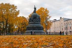 Χιλιετία μνημείων της Ρωσίας στο ηλιοβασίλεμα φθινοπώρου και των τουριστών που περπατούν εμπρός σε Veliky Novgorod, Ρωσία Στοκ εικόνα με δικαίωμα ελεύθερης χρήσης