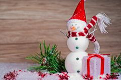 Χιονάνθρωποι με τις διακοσμήσεις και το κιβώτιο δώρων στοκ φωτογραφίες