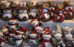 Χιονάνθρωποι παιχνιδιών αναμνηστικών στην έκθεση Χριστουγέννων Στοκ εικόνα με δικαίωμα ελεύθερης χρήσης