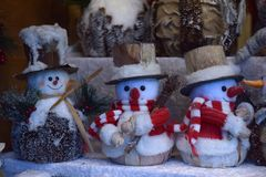 Χιονάνθρωποι παιχνιδιών αναμνηστικών στην έκθεση Χριστουγέννων Στοκ Φωτογραφία