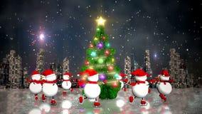 Χιονάνθρωποι που κάνουν πατινάζ γύρω από το χριστουγεννιάτικο δέντρο απόθεμα βίντεο