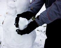 χιονάνθρωπος αγοριών sculpts Χειμώνας παγετός Στοκ Εικόνες