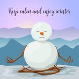 Χιονάνθρωπος ειρηνικός και που χαλαρώνουν Στάση λωτού γιόγκας Ανατολή στα χειμερινά βουνά Στοκ Φωτογραφίες