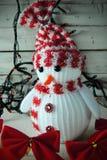 Χιονάνθρωπος και γιρλάντα Χριστουγέννων Στοκ φωτογραφίες με δικαίωμα ελεύθερης χρήσης