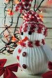 Χιονάνθρωπος και γιρλάντα Χριστουγέννων Στοκ εικόνα με δικαίωμα ελεύθερης χρήσης
