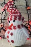 Χιονάνθρωπος και γιρλάντα Χριστουγέννων Στοκ φωτογραφία με δικαίωμα ελεύθερης χρήσης